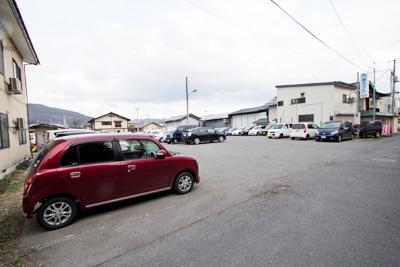 新幹線駅から徒歩30分、国道13号線沿い、無料駐車場100台OK