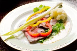 冬の地元野菜「雪うるい」を、山形牛のローストビーフに添えて